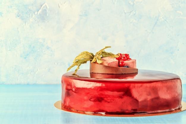 Torta di glassa di crema rossa con frutta e torta di compleanno al cioccolato