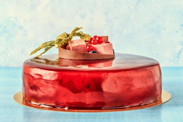 Glassa di crema rossa con frutta e cioccolato