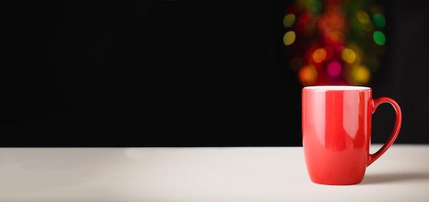 Tazza di bevanda rossa con sfondo bokeh