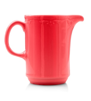 La tazza rossa isolata. avvicinamento