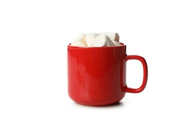 Tazza rossa con marshmallow isolato