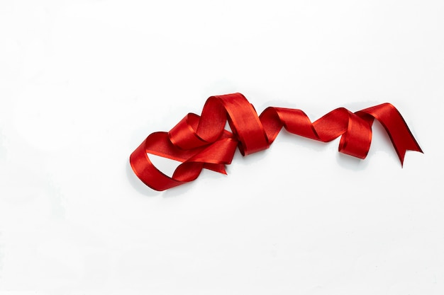 Arco riccio rosso isolato su bianco