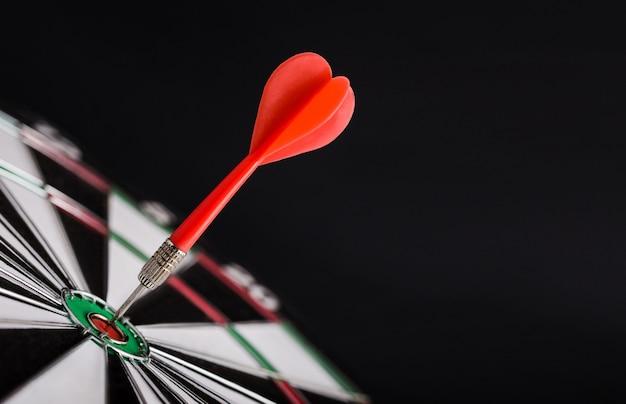 Freccia rossa del dardo al centro del bersaglio.