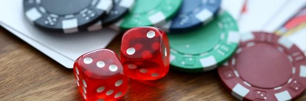 Il rosso taglia la menzogne con i chip del casinò come simbolo di gioco