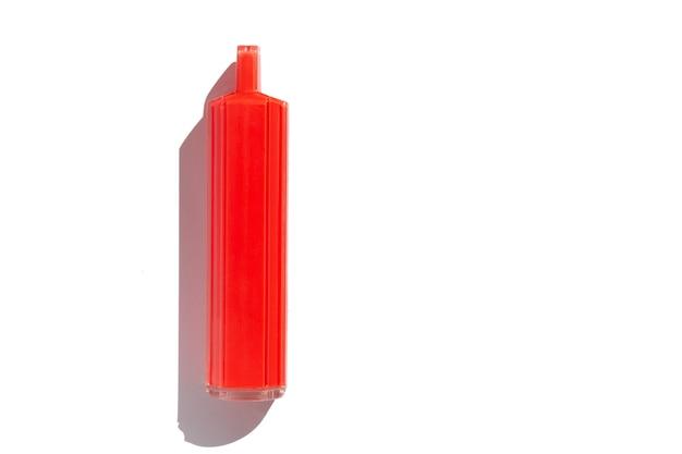 Sigaretta elettronica usa e getta rossa isolata su sfondo bianco