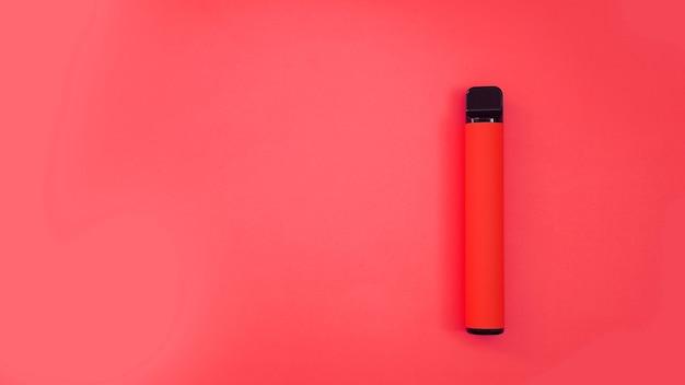 Sigaretta elettronica usa e getta rossa su sfondo rosso brillante. anguria, ciliegia, gusto fragola. modello di catalogo