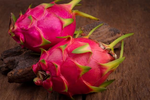 Frutta del drago rosso sul vecchio fondo di legno della tavola
