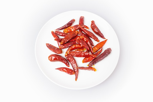 Peperoncino rosso secco su sfondo bianco