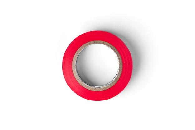 Nastro isolante rosso isolato su sfondo bianco.