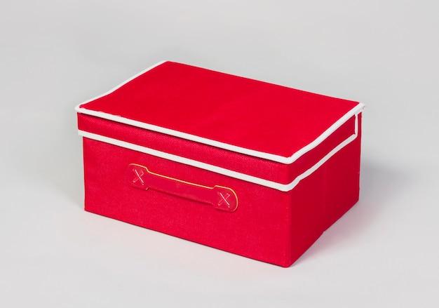 Scatola portaoggetti in tessuto rosso isolata su sfondo bianco