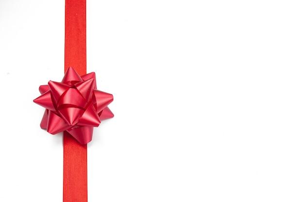 Fiocco rosso festivo con nastro per un regalo