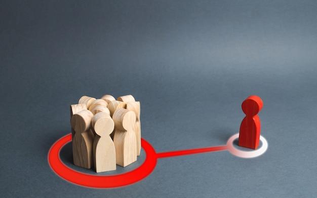 La figura rossa di un uomo e una folla di persone sono collegate da una linea astratta