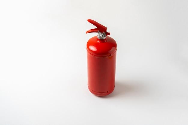 Estintore rosso isolato, concetto di problema di sicurezza