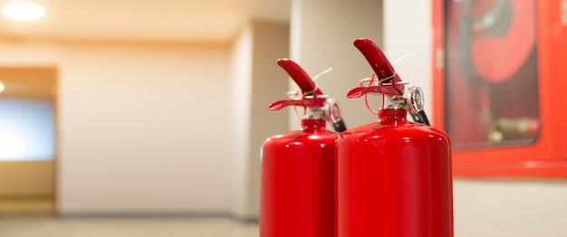 Serbatoio estintore rosso nell'edificio.