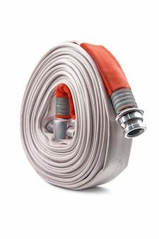 Bobina della manichetta antincendio rossa isolata sul bianco