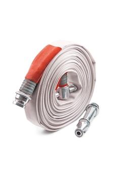 Bobina della manichetta antincendio rossa isolata su bianco