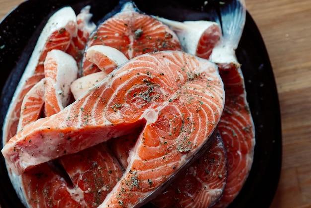 Pesce rosso su un piatto bistecche marinate in frutti di mare spezie