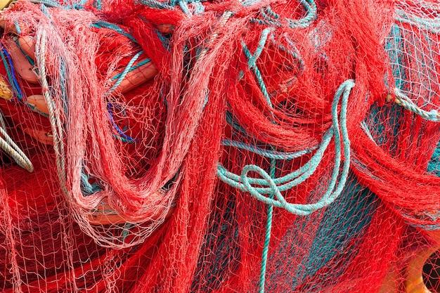 Primo piano estremo di struttura del fondo del mucchio della rete da pesca rossa