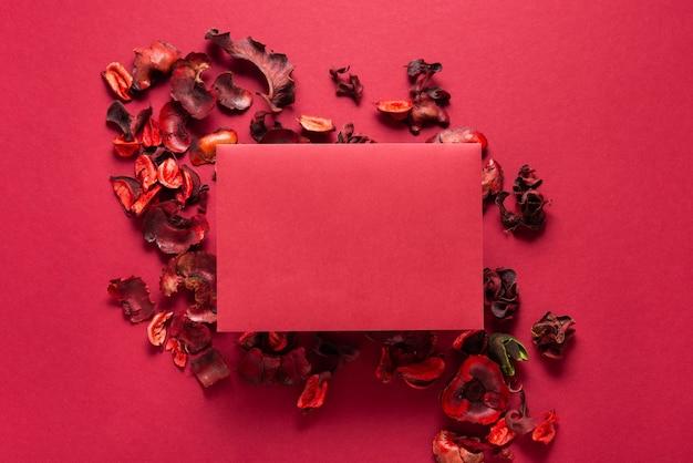 Fiori rossi e foglio di carta bianco, sfondo di san valentino