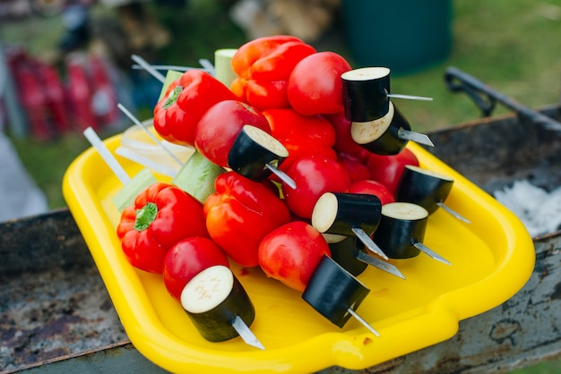 Spiedini vegani freschi rossi su un piatto