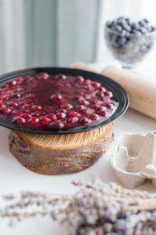Gelatina di frutta rossa in ciotola, marmellata di ciliegie conservata fatta in casa in banda nera, stile rustico
