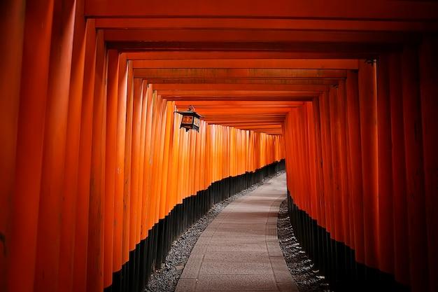 Cancello rosso al santuario di fushimi inari giappone