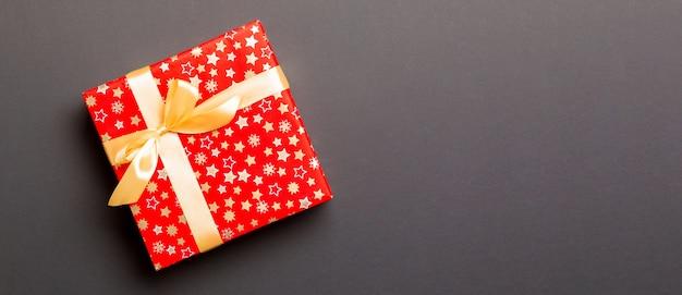 Confezione regalo rossa su grigio. lay piatto