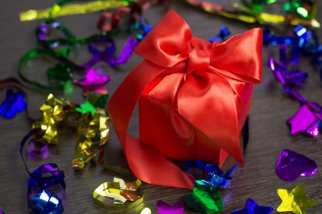 Scatola regalo rosso con vista dall'alto del nastro di raso rosso