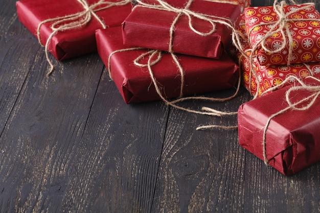 Contenitore di regalo rosso su fondo di legno.