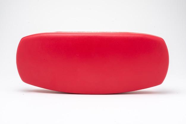 Custodia per occhiali rossa chiusa su sfondo bianco