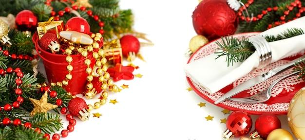 Regolazione festiva rossa e dorata della tavola isolata