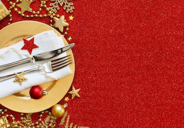 Regolazione della tavola festiva rossa e dorata