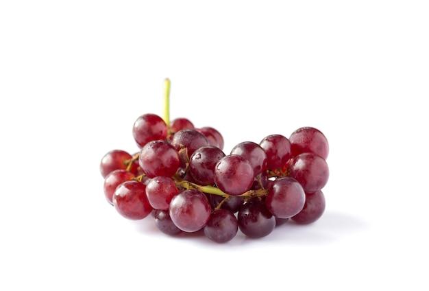 Uva rossa isolata su sfondo bianco