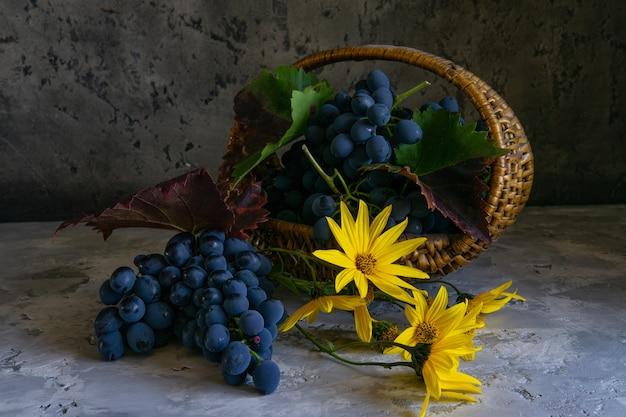 Uva rossa in un cestino. uva nel cesto