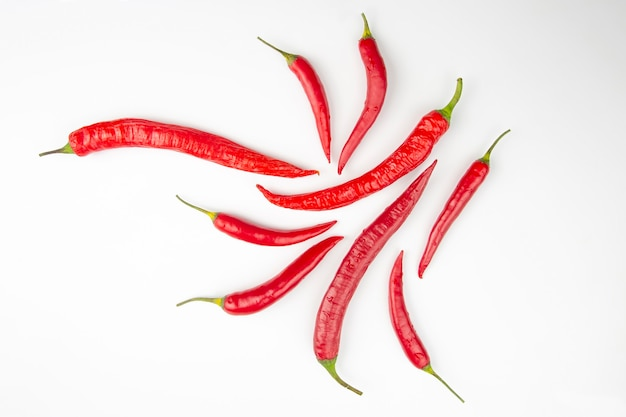 Peperoncini rossi e verdi su sfondo bianco. spezie e cibo vegetativo