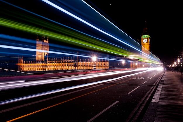 Semafori verdi e bianchi rossi sul ponte di westminster
