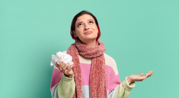 Donna malata fresca dei capelli rossi. concetto di influenza o tosse