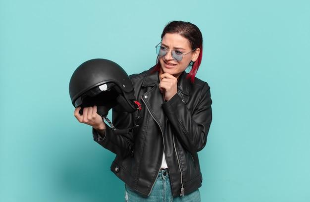 Concetto di pilota di moto donna fresca capelli rossi