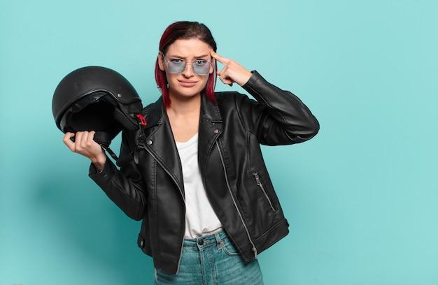Pilota di moto donna fresca capelli rossi