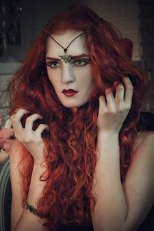 Strega nera femmina dai capelli rossi