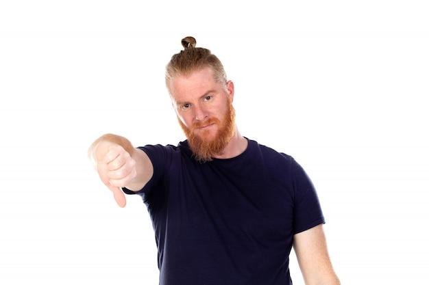Uomo dai capelli rossi con la barba lunga che dice di no