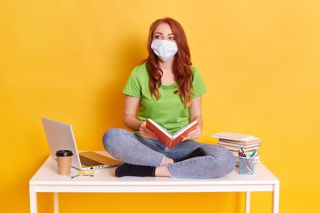 Studentessa dai capelli rossi sull'apprendimento a distanza