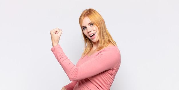 Bella donna dai capelli rossi che si sente felice