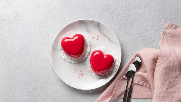 Torte cuore rosso ricoperte di glassa sul piatto