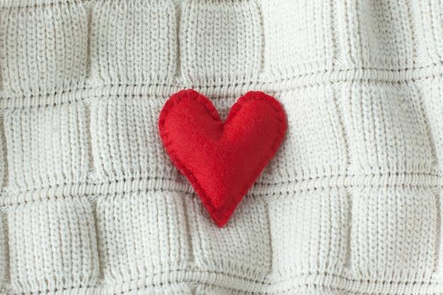 Carta di cuore rosso su bokeh con cuori.