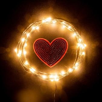 Cuore rosso nel cerchio della ghirlanda di luce celebrazione vacanza.concetto di san valentino