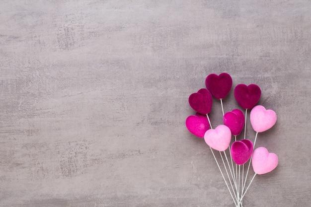 Cuore rosso su sfondo grigio biglietto di auguri di san valentino.