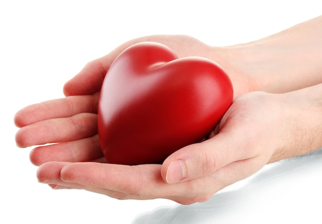 Cuore rosso nelle mani dell'uomo, isolato su superficie bianca