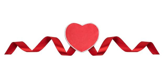 Cuore rosso e nastro di raso su a. simbolo dell'amore, san valentino. isolato