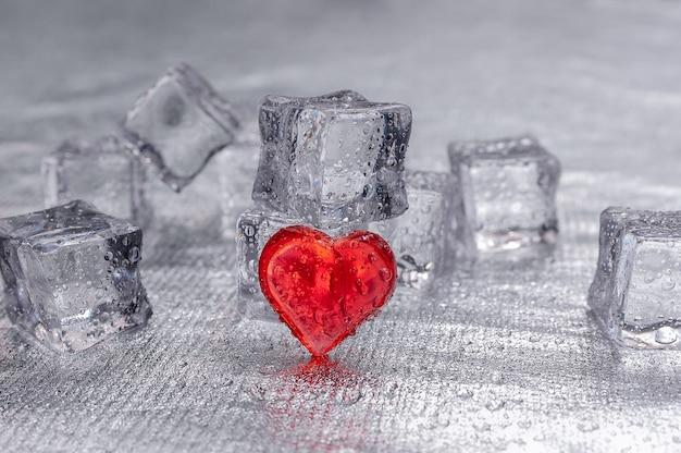 Cuore rosso su fondo argento con pezzi di ghiaccio.